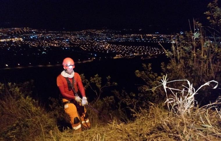 Casal é resgatado após carro capotar na Serra de Santa Helena