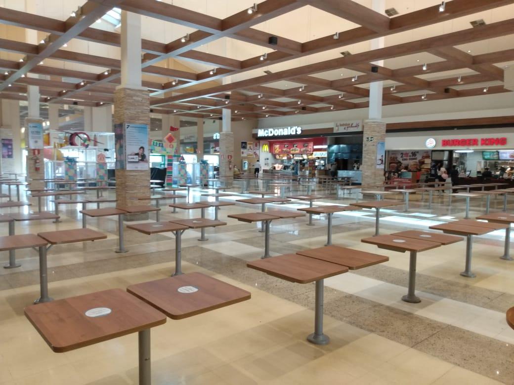 Praça de alimentação do Shopping Sete Lagoas em tempos de pandemia da Covid-19. Fotos: Celso Martinelli