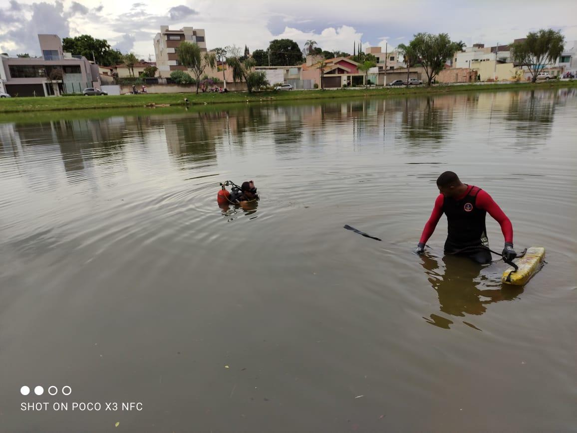 Bombeiros durante buscas na Lagoa do Cercadinho. Foto: Assessoria