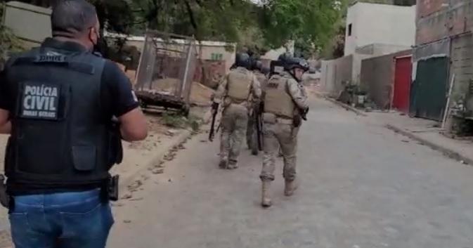 Operação policial no bairro Santa Luzia busca mulher que comandaria delivery de drogas
