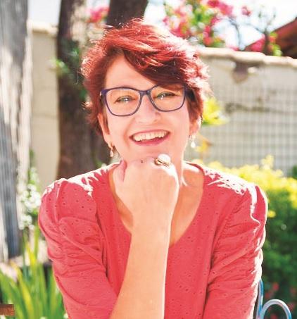 Colunista Élida Gontijo faz sucesso nas redes e tem crônicas publicadas