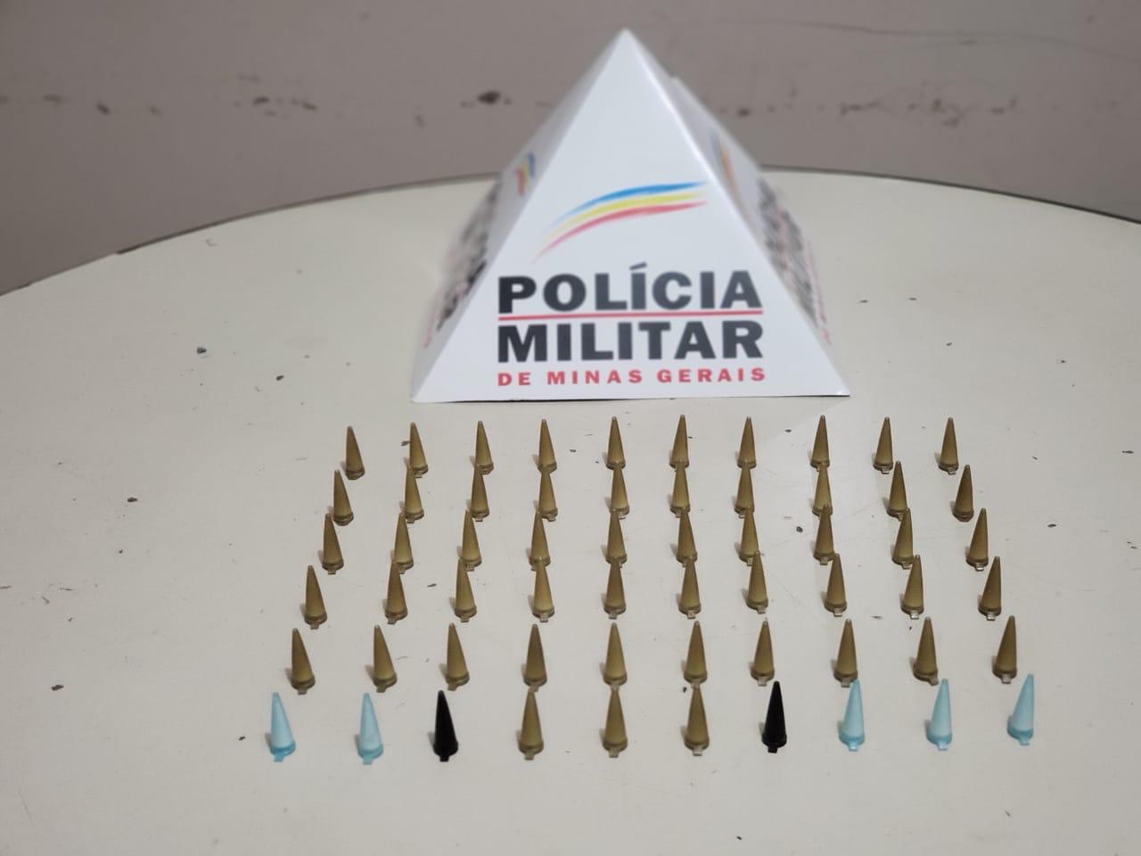 Em Matozinhos, PM apreende cocaína após jovens dispensaremsacolas em lote vago