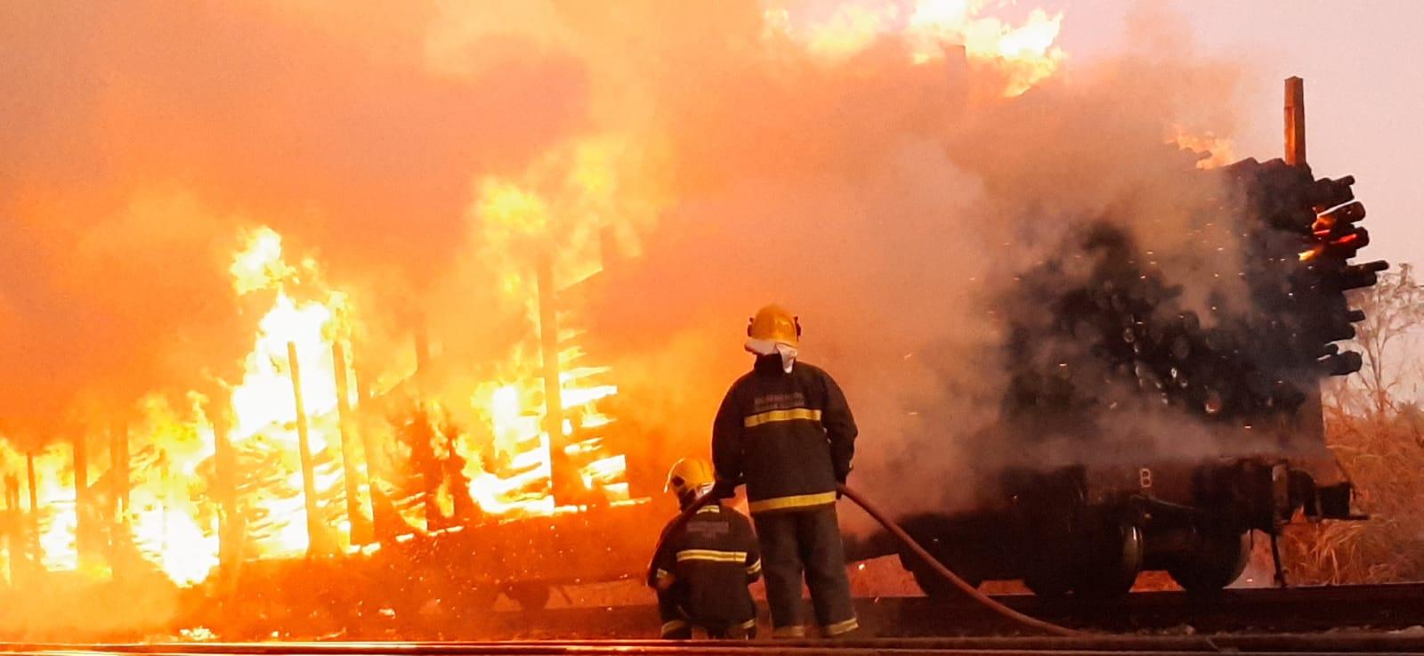 Bombeiros combatem incêndio suspeito em vagões de eucalipto