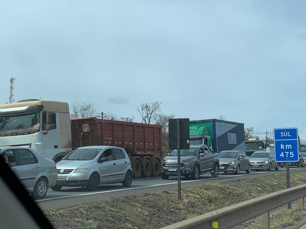 Tombamento de carga gera congestionamento de 11km na 040, próximo a Sete Lagoas