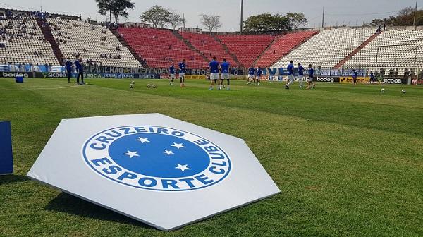 Vitória do Cruzeiro, na marra, com cinco bolas na trave e muito calor na Arena do Jacaré